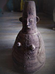 rzeźba urna ceramiczna